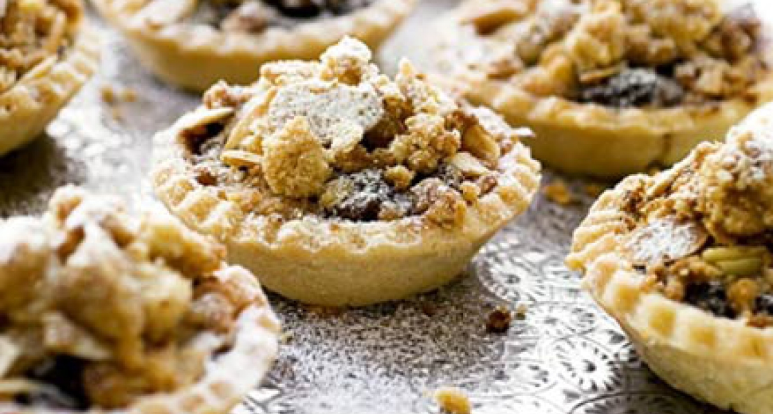 MINI MINCING CHRISTMAS CRUMBLE PIES